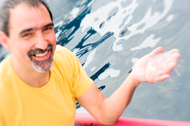 Mężczyzna mienia jellyfish w łodzi z costa rica