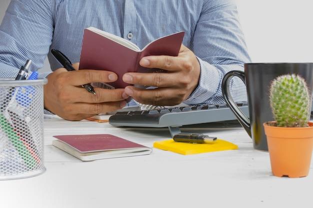 Mężczyzna mienia paszport w jego ręce i podróżować plan dla relaksujemy w wakacje.
