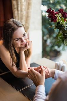Mężczyzna mienia ręka atrakcyjna kobieta blisko kwitnie