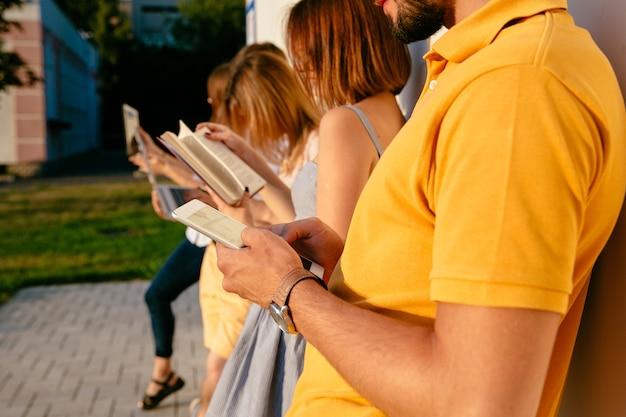 Mężczyzna mienia telefon komórkowy w rękach. ludzie za pomocą koncepcji urządzenia.