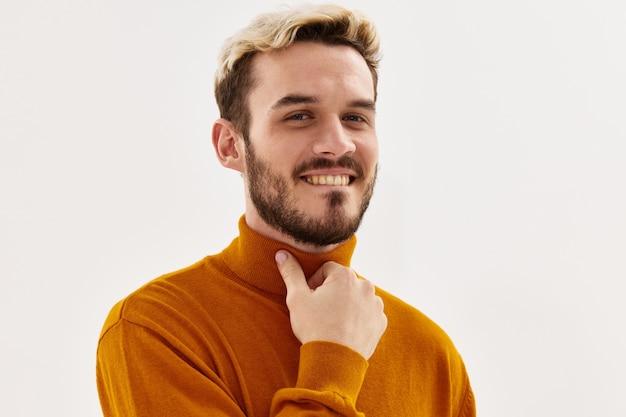 Mężczyzna moda fryzura ręka w pobliżu twarzy przycięty widok jasnym tle
