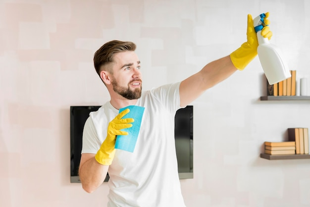 Mężczyzna modli się dom z środkiem czyszczącym