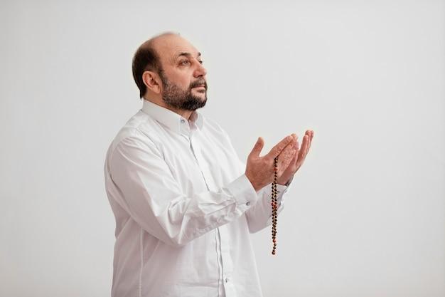 Mężczyzna modli się na podłodze w pomieszczeniu