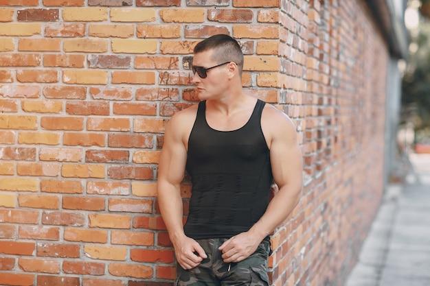 Mężczyzna mody ceglany mur