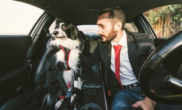 Mężczyzna motywuje swojego psa przed zawodami psów