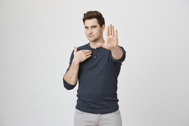 Mężczyzna mówi nie, pokaż gest zatrzymania