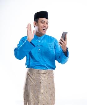 Mężczyzna muzułmańskich połączeń wideo za pomocą gadżetu