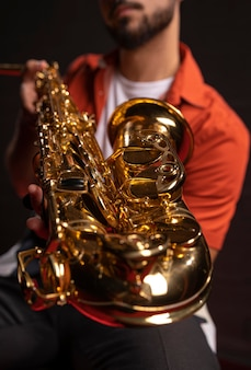 Mężczyzna muzyk trzymając saksofon