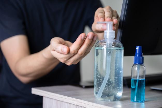 Mężczyzna mycia rąk żelem dezynfekującym