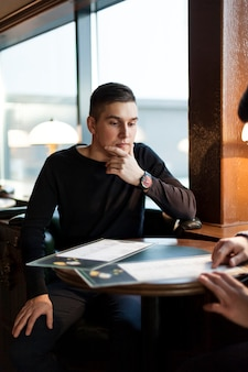 Mężczyzna myśleć nad rozkazem w kawiarni