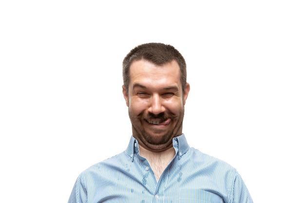 Mężczyzna na białym tle studia, śmieszne memowe emocje