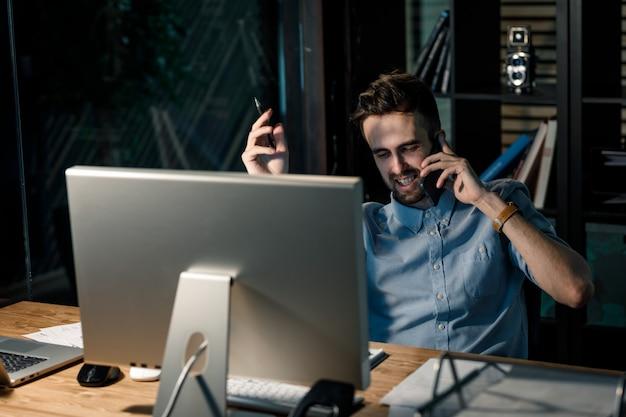 Mężczyzna na czacie na telefon w pracy