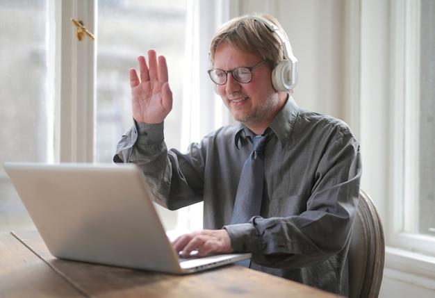 Mężczyzna na czacie online wita