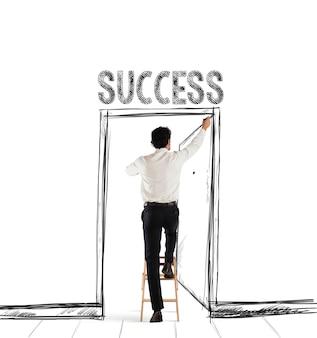 Mężczyzna na drabinie rysuje piórem drzwi z pisemnym sukcesem