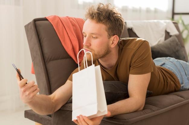 Mężczyzna na kanapie z smartphone