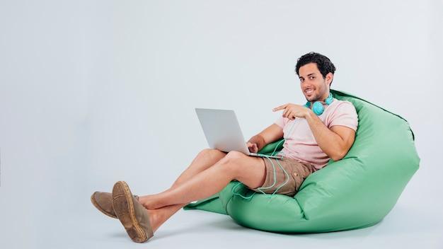Mężczyzna na kanapie