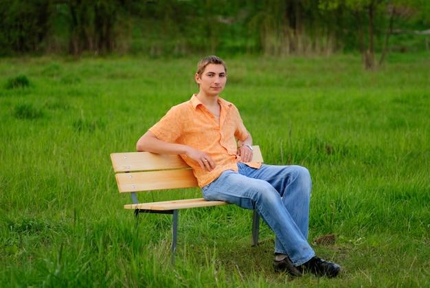 Mężczyzna na ławce w parku. shallow dof. portret na zewnątrz