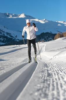 Mężczyzna na nartach biegowych na torach