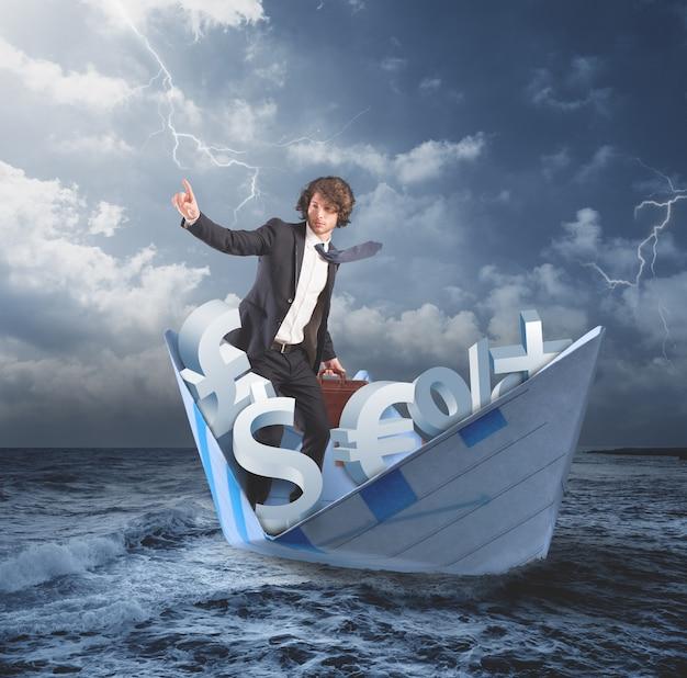 Mężczyzna na papierowej łodzi na wzburzonym morzu. biznesmen przekonany o lepszej przyszłości wynikającej z koncepcji kryzysu finansowego i gospodarczego