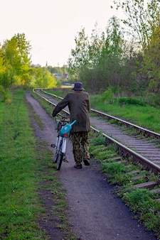 Mężczyzna na rowerze jedzie wzdłuż linii kolejowej