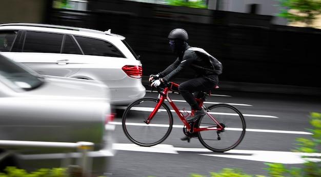 Mężczyzna na rowerze na ulicy
