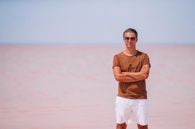Mężczyzna na różowym słonym jeziorze