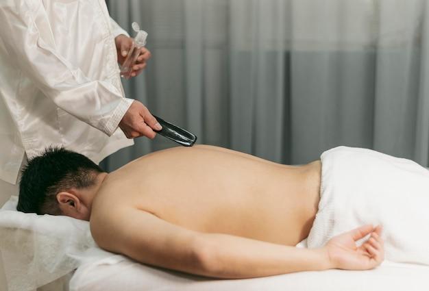 Mężczyzna na sesji terapeutycznej z bliska