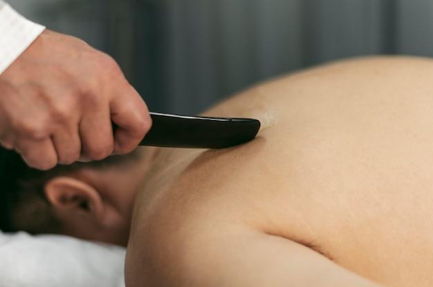Mężczyzna na sesji terapeutycznej