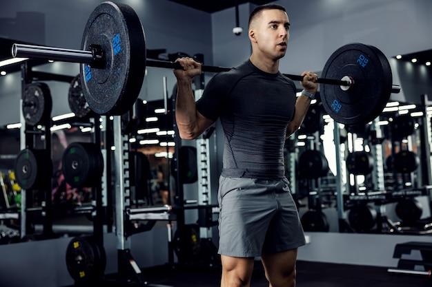 Mężczyzna na siłowni, podnoszenie ciężarów