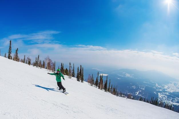 Mężczyzna na snowboardzie w górach sheregesh.