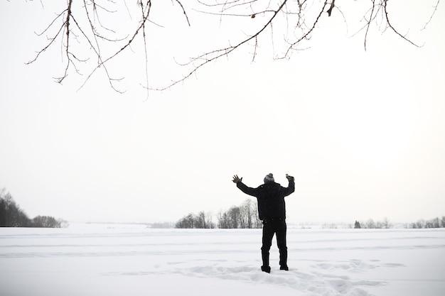 Mężczyzna na spacerze. zimowy krajobraz. turysta w zimowej podróży.