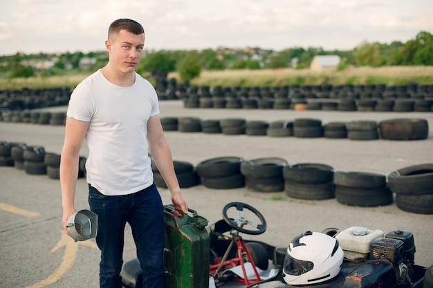 Mężczyzna na torze kartingowym z samochodem