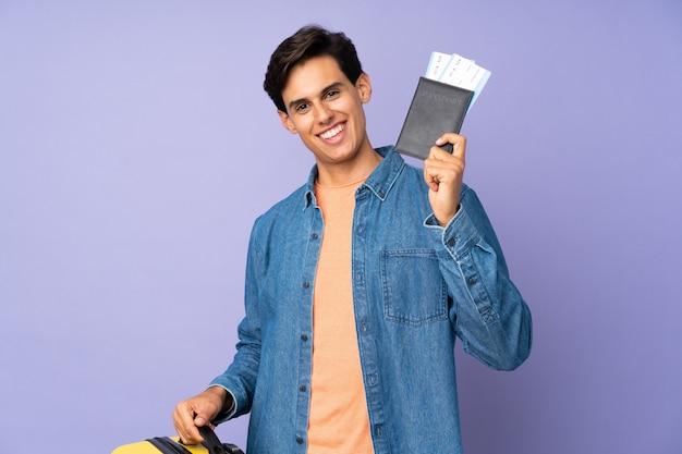 Mężczyzna na wakacjach z walizką i paszportem