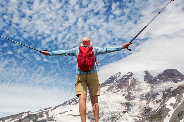 Mężczyzna na wędrówce po parku narodowym mount rainier w stanie waszyngton, usa