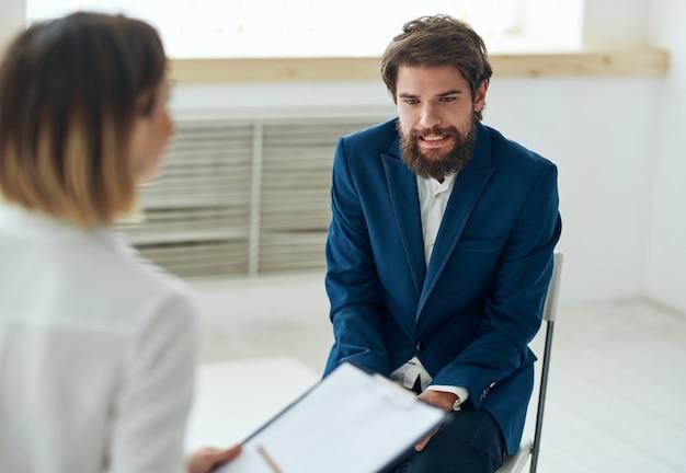 Mężczyzna na wizycie u psychologa problemy komunikacyjne zdrowie
