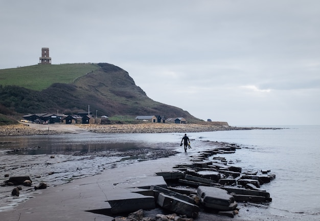 Mężczyzna na wybrzeżu dziedzictwa purbeck w swanage w wielkiej brytanii
