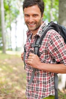 Mężczyzna na wycieczce w lesie