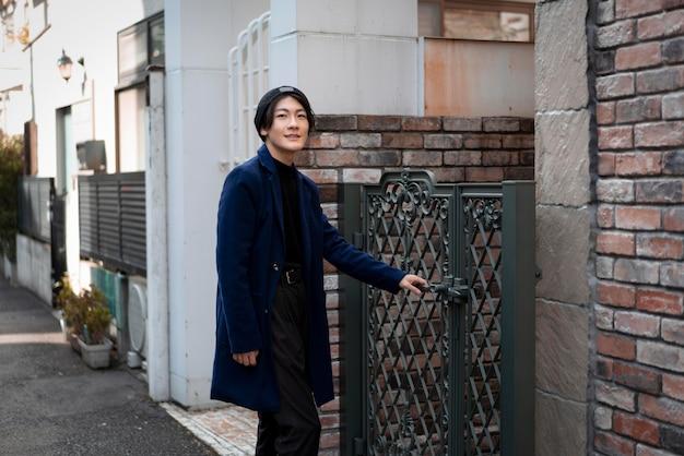 Mężczyzna na zewnątrz, otwierając bramę
