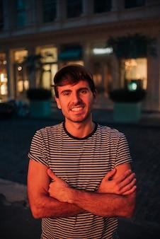 Mężczyzna na zewnątrz uśmiech na aparat