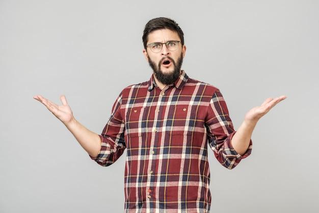 Mężczyzna nad odosobnionym tłem nieświadomy i zmieszany wyrażenie
