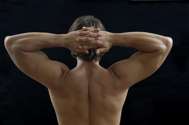Mężczyzna nagie ręce na głowie