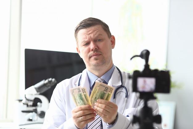 Mężczyzna nagrywający wideo na blogu internetowym
