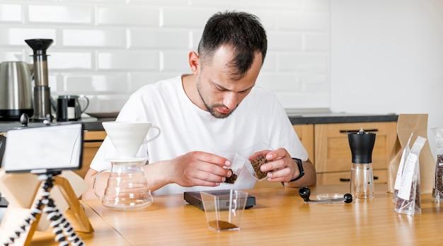 Mężczyzna nagrywanie parzenia kawy