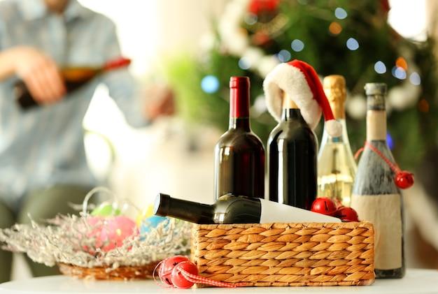 Mężczyzna nalewa wino na święta bożego narodzenia