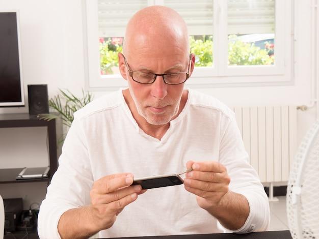 Mężczyzna naprawił smartfon