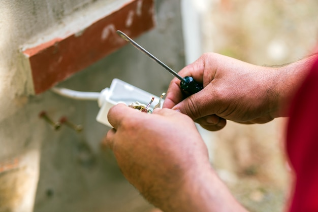 Mężczyzna naprawy instalacji elektrycznej