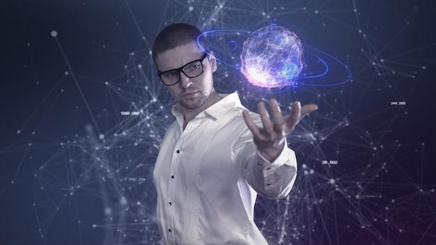Mężczyzna naukowiec w białej koszuli trzyma w rękach abstrakcyjną piłkę