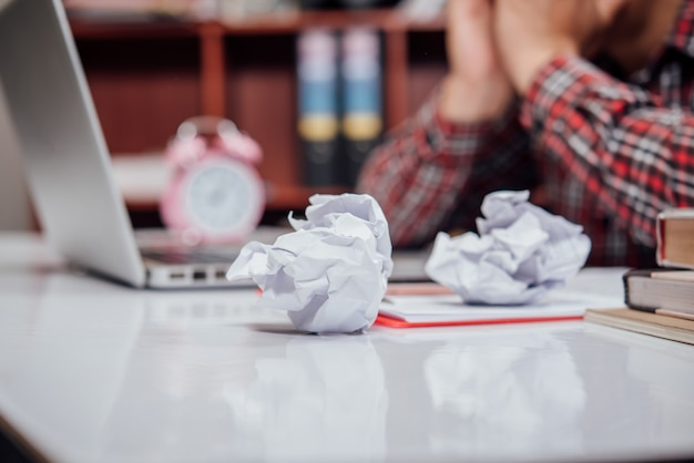 Mężczyzna nieszczęśliwi biznesmeni siedzi w biznesowym biurze