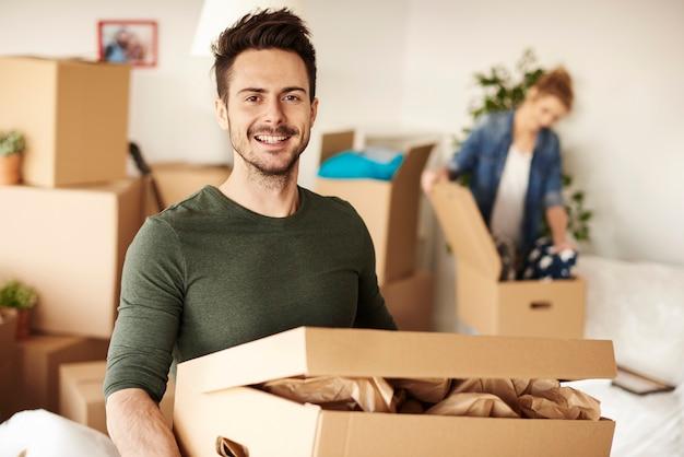 Mężczyzna niosący pudełko do nowego domu