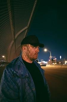 Mężczyzna nocą na ulicach miasta